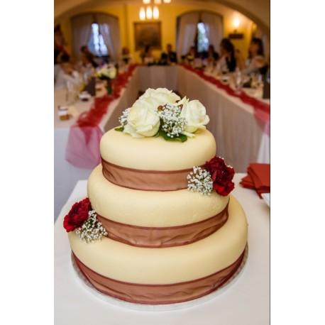 Svatební marcipánový dort s bordeaux karafiáty a růžemi