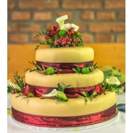 Marcipánový dort bordeaux  s květy kaly a chryzantém