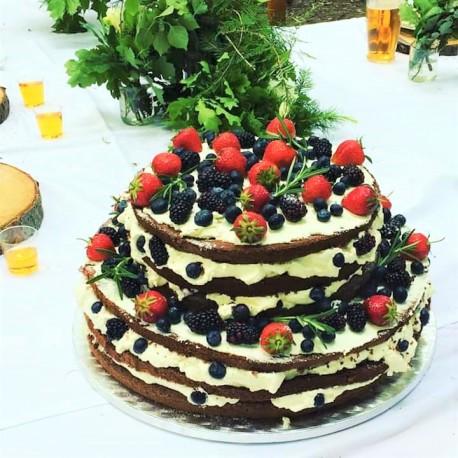 Svatební lesní naked dort s čerstvým ovocem a rozmarýnem